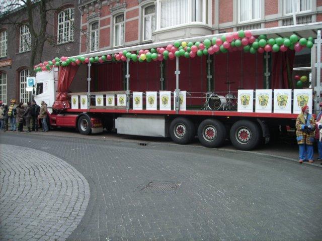 De podium vrachtwagen voor de kapel - Podium voor badkuip ...